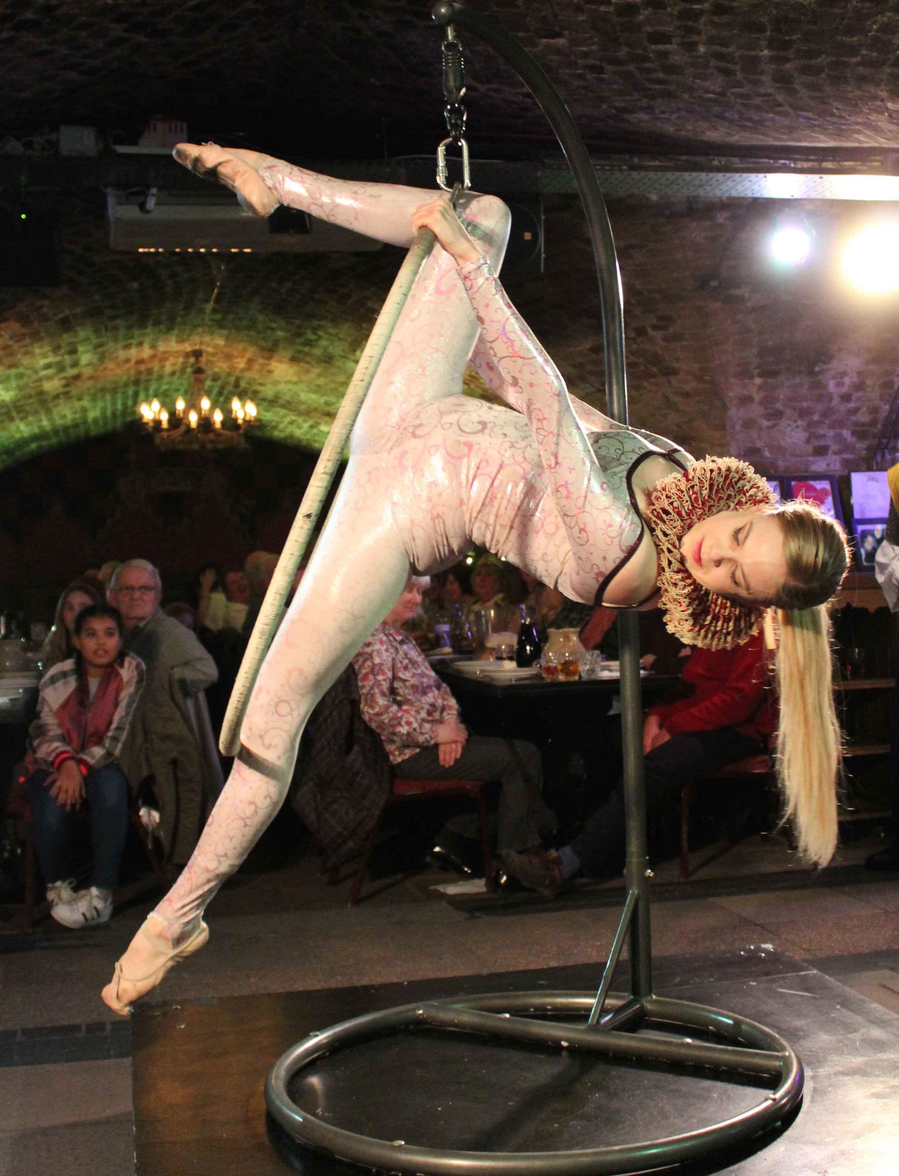 medieval-banquet-london-(acrobat)